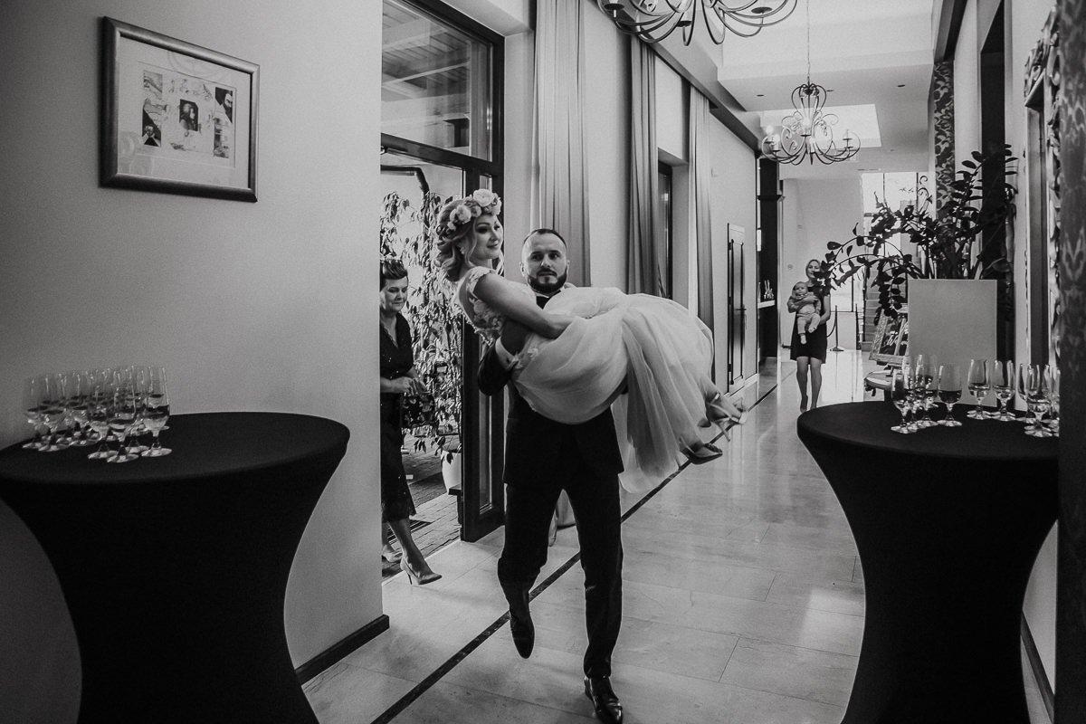 Monika i Daniel - reportaż ślubny i sesja w Mogilanach. 389