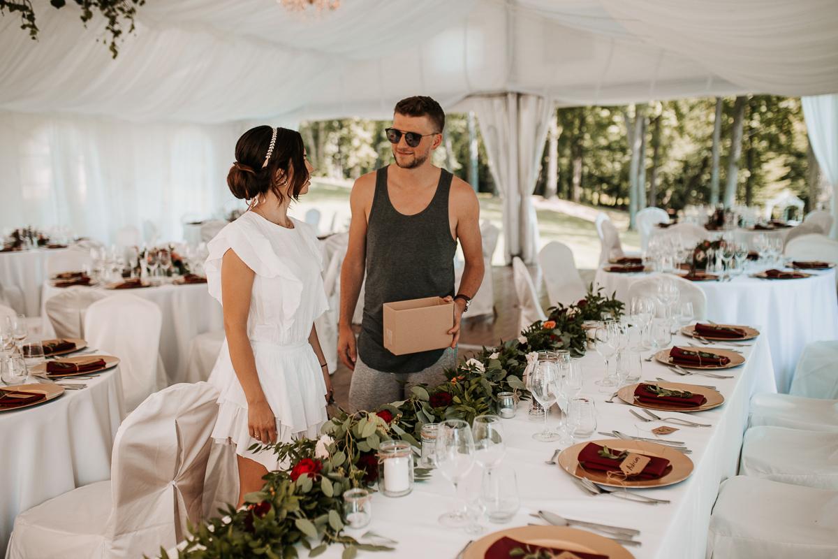 Marta i Krzysiek - ślub kościelny w plenerze - Dwór Sieraków 11