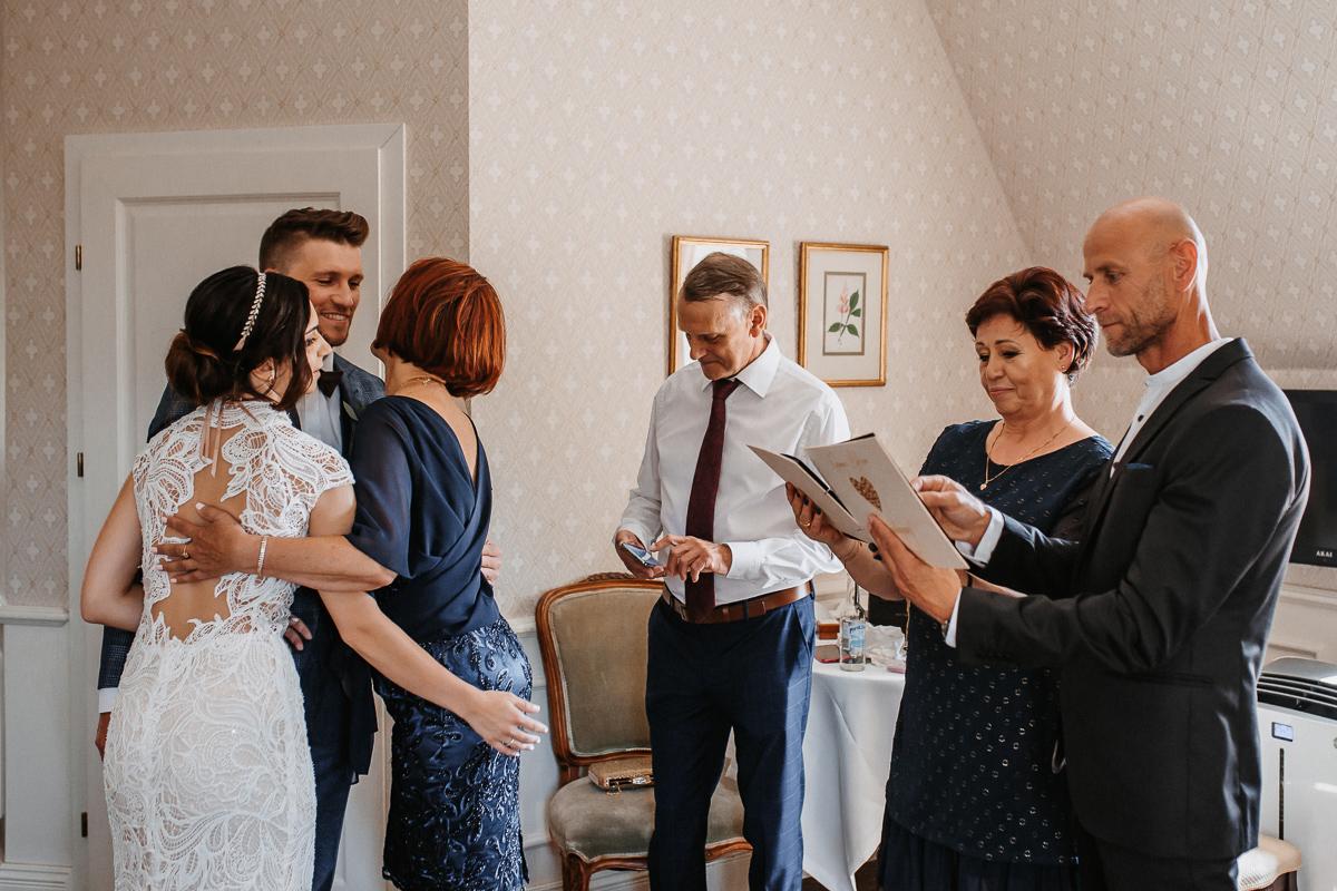 Marta i Krzysiek - ślub kościelny w plenerze - Dwór Sieraków 31
