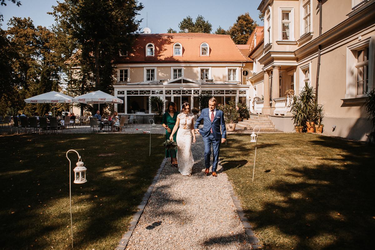 Marta i Krzysiek - ślub kościelny w plenerze - Dwór Sieraków 44
