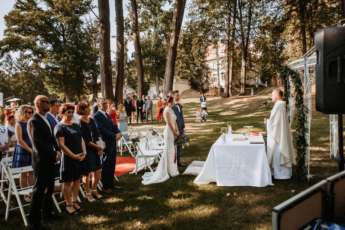 Marta i Krzysiek - ślub kościelny w plenerze - Dwór Sieraków 51
