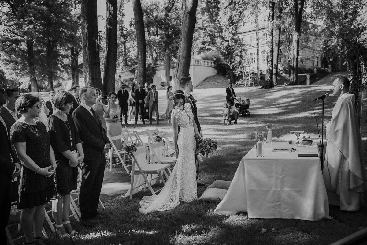 Marta i Krzysiek - ślub kościelny w plenerze - Dwór Sieraków 52
