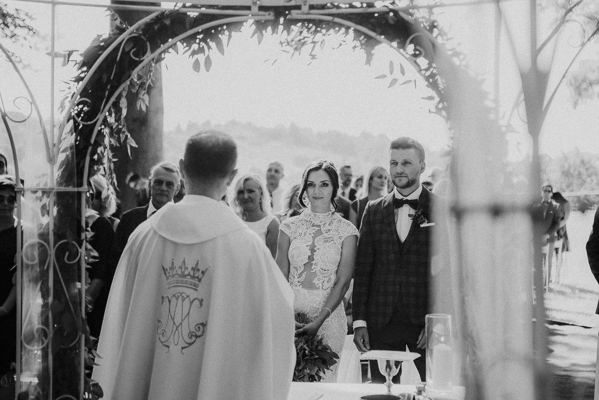 Marta i Krzysiek - ślub kościelny w plenerze - Dwór Sieraków 53