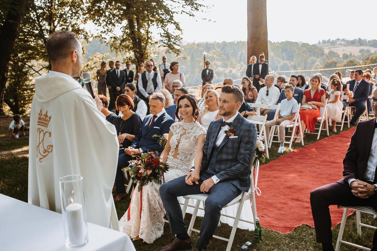 Marta i Krzysiek - ślub kościelny w plenerze - Dwór Sieraków 56