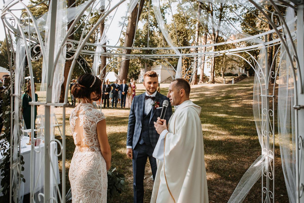 Marta i Krzysiek - ślub kościelny w plenerze - Dwór Sieraków 60