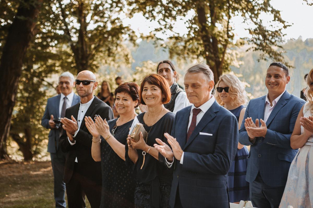 Marta i Krzysiek - ślub kościelny w plenerze - Dwór Sieraków 61