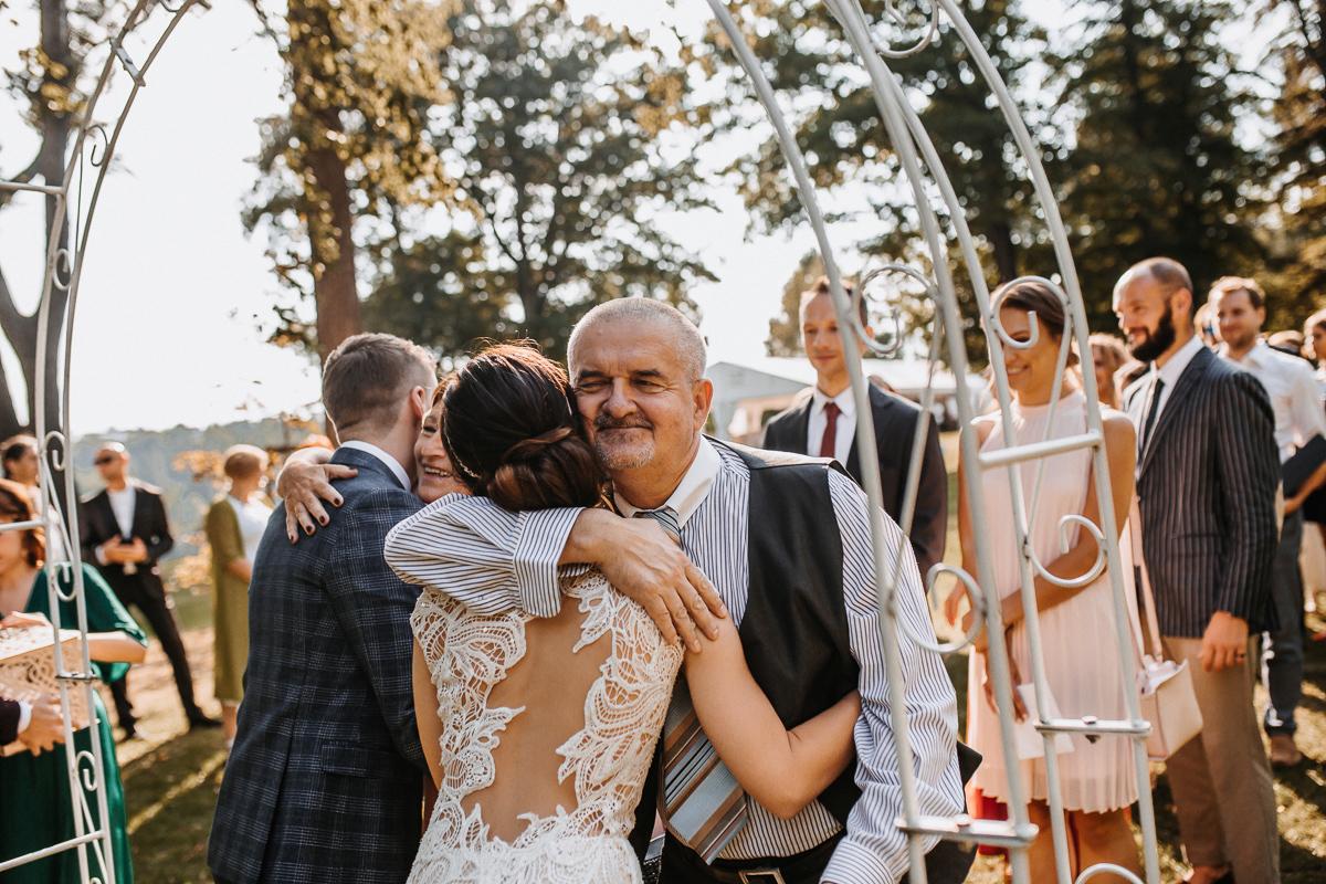 Marta i Krzysiek - ślub kościelny w plenerze - Dwór Sieraków 75
