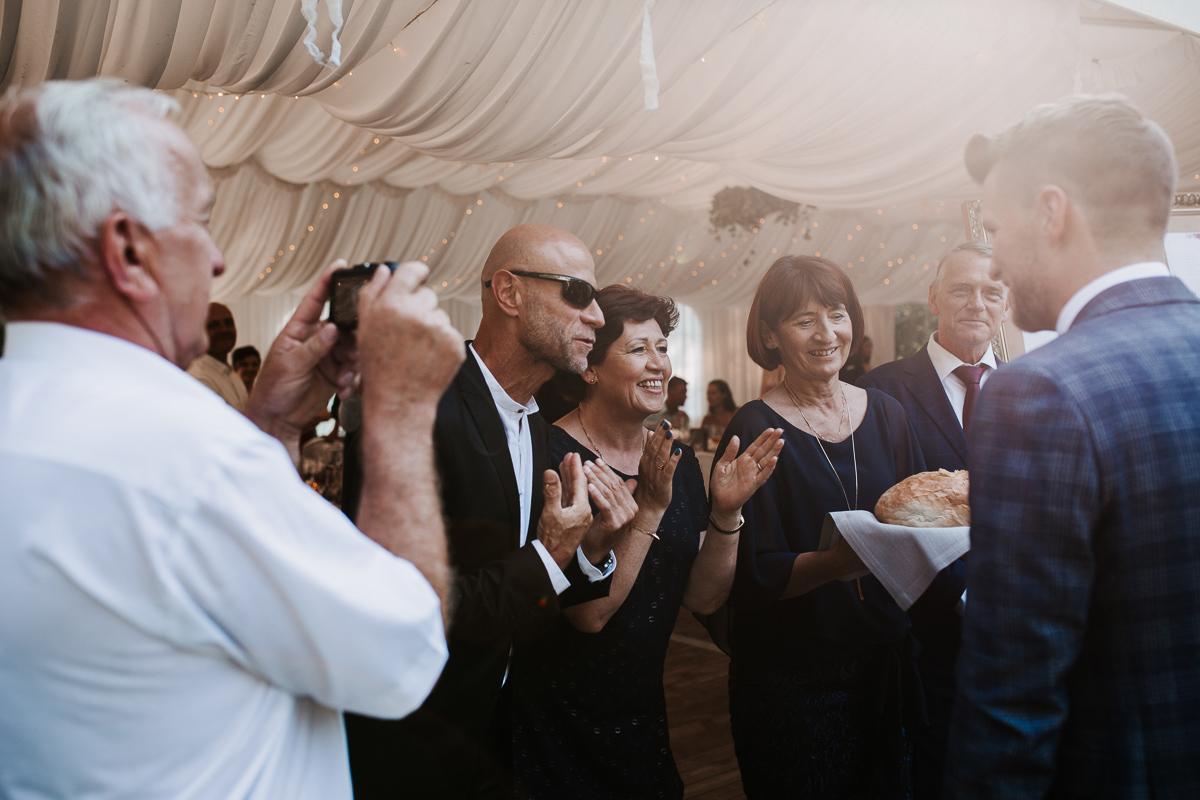 Marta i Krzysiek - ślub kościelny w plenerze - Dwór Sieraków 82