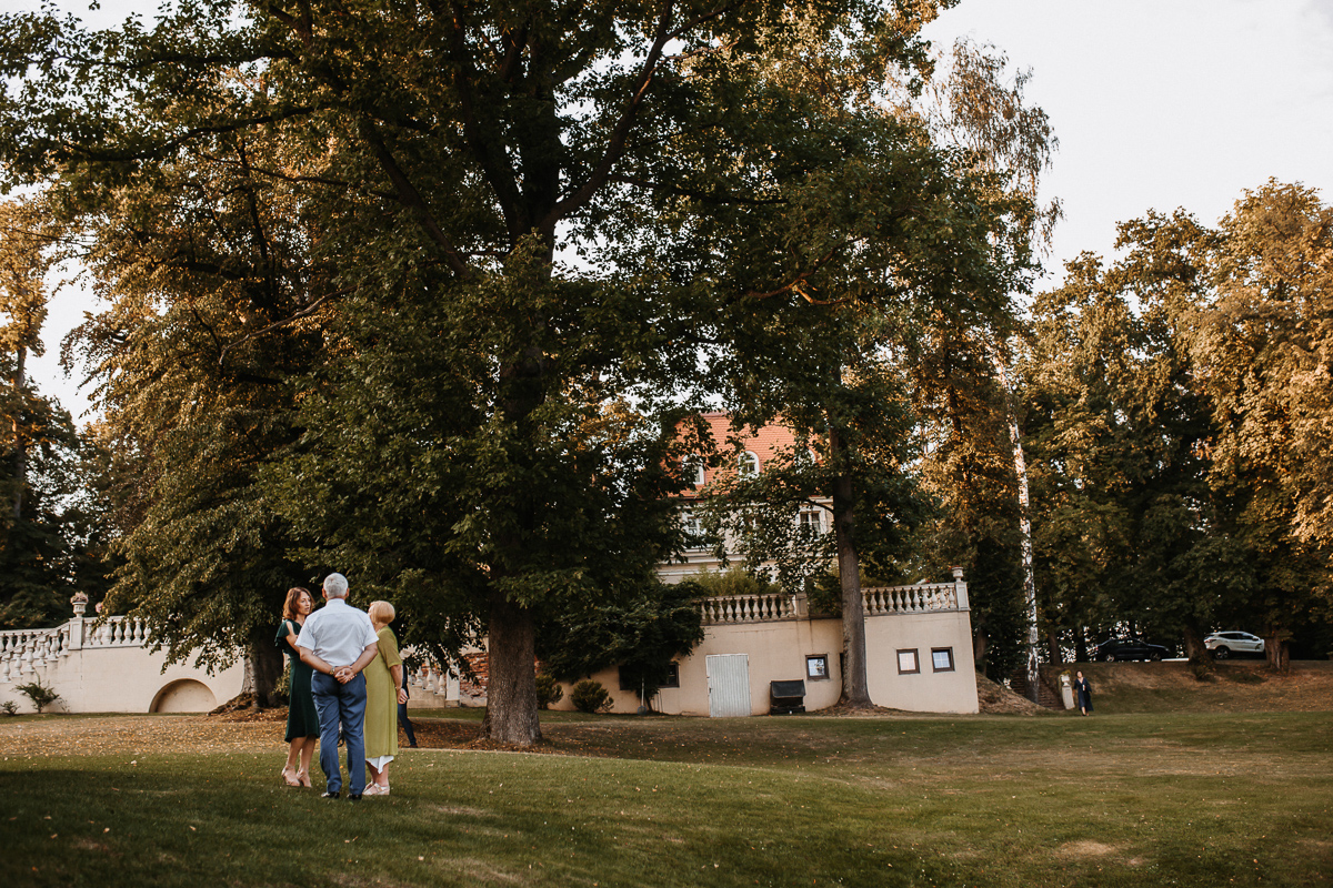 Marta i Krzysiek - ślub kościelny w plenerze - Dwór Sieraków 91