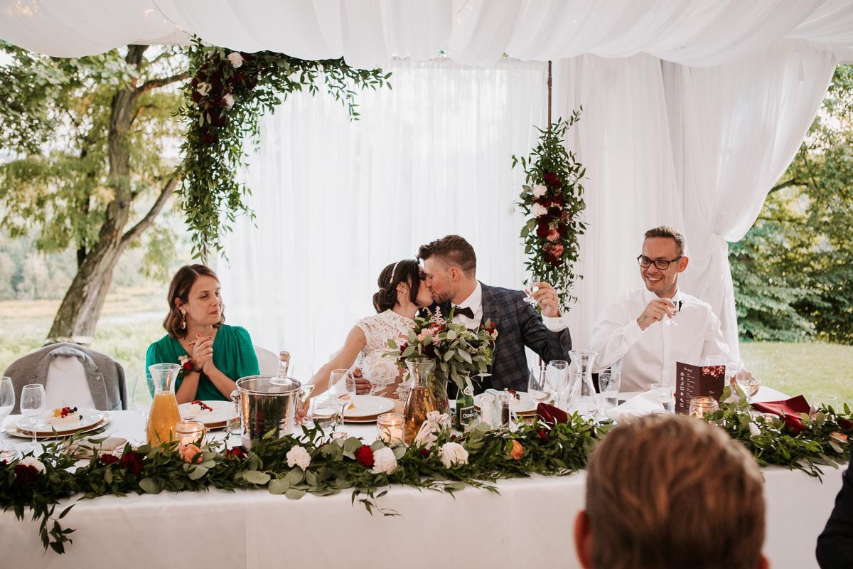 Marta i Krzysiek - ślub kościelny w plenerze - Dwór Sieraków 99