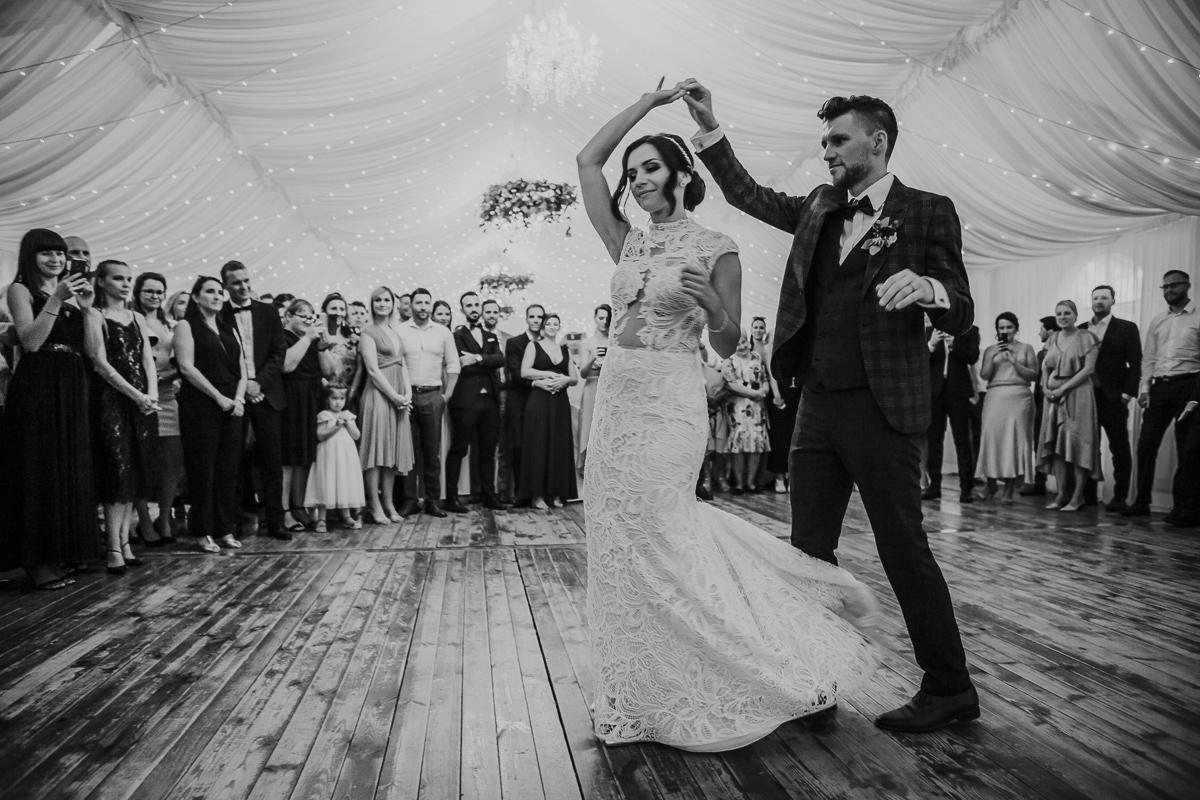 Marta i Krzysiek - ślub kościelny w plenerze - Dwór Sieraków 100