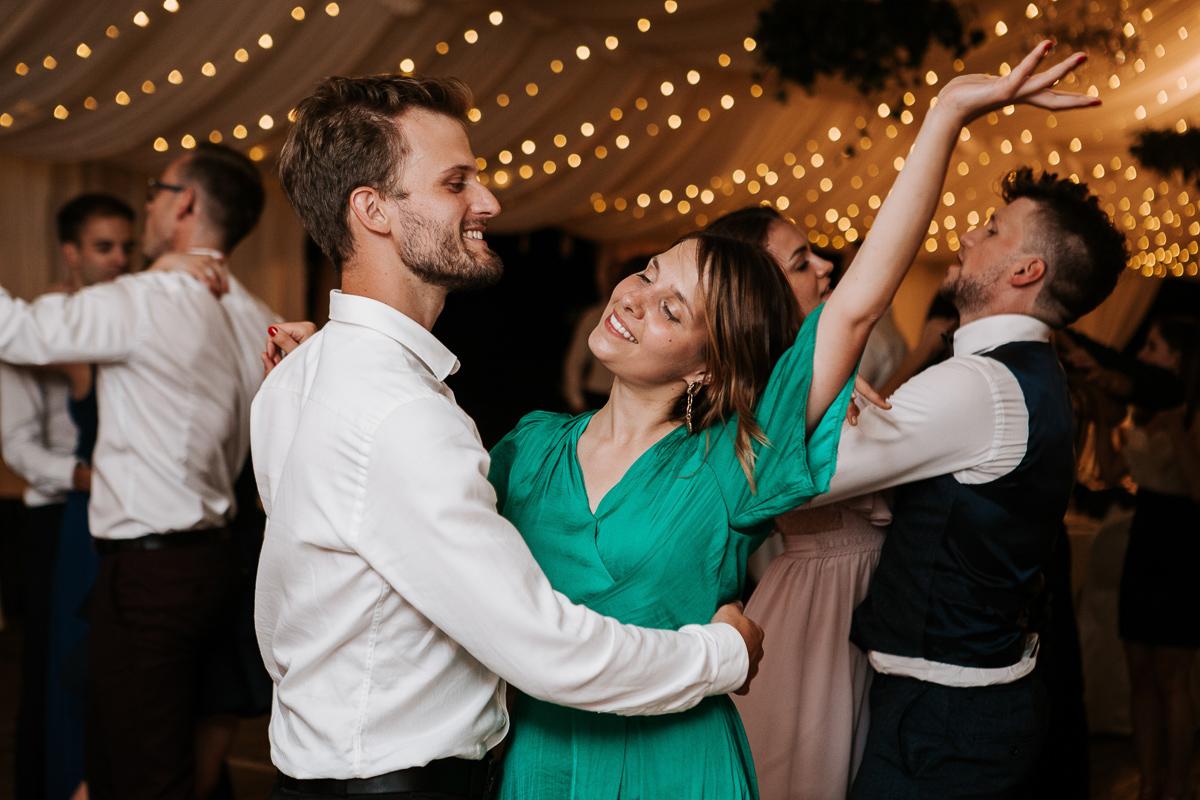 Marta i Krzysiek - ślub kościelny w plenerze - Dwór Sieraków 158